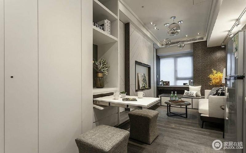 空间很狭小,餐厅和客厅连在一起,选用的嵌入式可推拉桌子,节省空间。