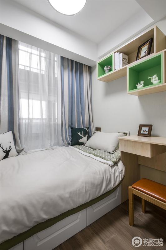 儿童房以白色和浅蓝色为主调,为孩子营造一个轻快的环境氛围;白色窗帘与白色实木家具,满足不同的生活需要,让生活简单而舒适;绿色床品做陪衬,更与彩色窗帘,让空间也具有色彩活力。