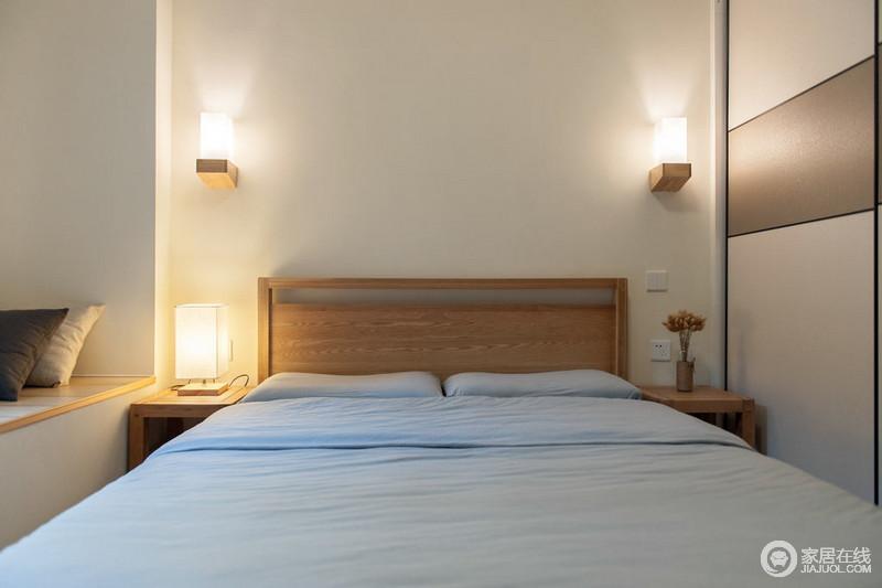 日式风格卧室采用原木床,尽显自然本色;暖色调方形灯,显出温暖与清新之感。