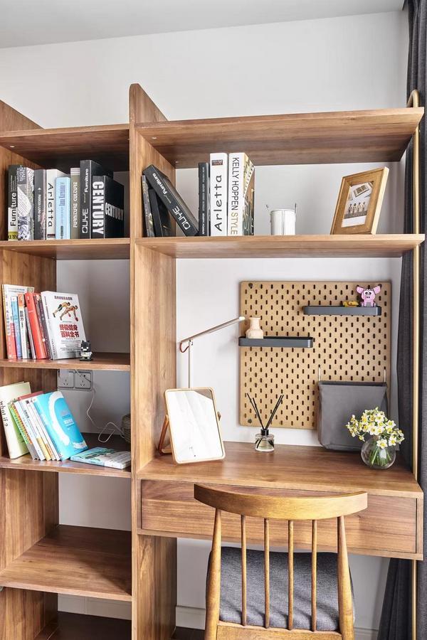 床尾设计了书桌与书架,墙面的洞洞板带来了巧妙的展示收纳。