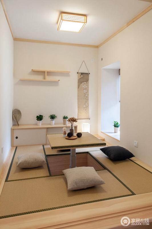 日式榻榻米解决了空间收纳和会客的问题,让小空间具有大作用;实木家具组合轻便而温和,阳光照进来之余,让盆栽生机盎然。