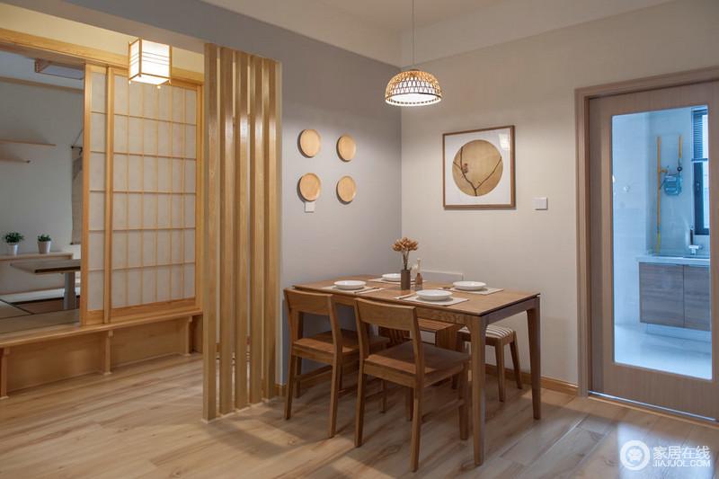 经典日式风格餐厅,因为原木装饰品挂在墙上,多了青木和静木楞隔断简单装饰,与木格栅门形成自然和泰;木质餐桌及小花摆放,尽显小温情。
