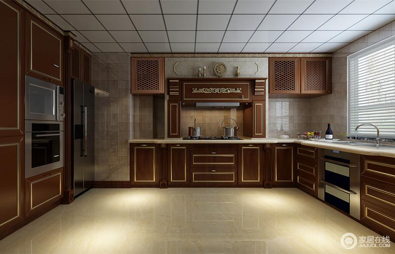 厨房空间非常开阔,朴实的实木橱柜上,描金线华贵感十足,加上雕花的细节营造,镶饰出金玉满堂的质感;整体橱柜和置物柜环墙而设,井然有序的预留出大面积活动空间;描金线与方正的背景墙及天花板,展现出层次上的线条呼应。
