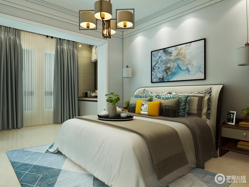 卧室以莫迪兰为空间着色,海滩照与中性色的床品看似互不搭配,却在无形中提升了空间沉寂与安适,以冷暖之间的平衡,让你住得舒适。