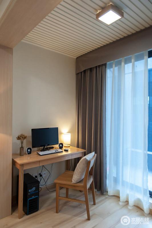 浅黄原木电脑桌,褐色、白色双层窗帘格外稳重、温暖,简单之余,更为自在。