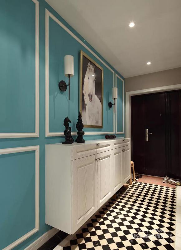 这是一套美式风格与复古调结合起来的装修,整个端庄华丽的空间里融入轻奢复古的质感,在鲜艳的软装色彩搭配线,把整个房子都装扮得充满了活力自然的氛围感。