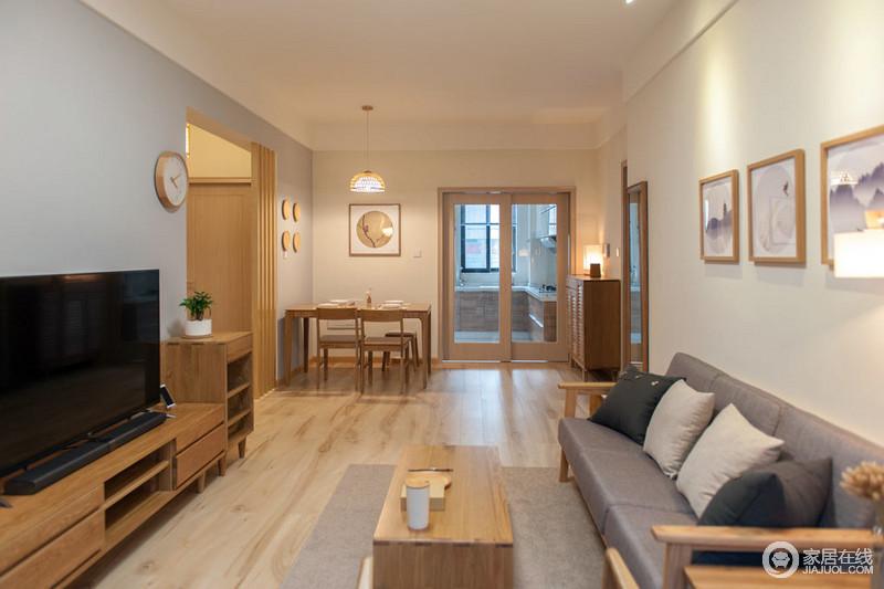 经典日式风格的客厅简直就是一所原木之地,从地面到门框,从电视柜到各种各样的家具、摆饰,淡黄暖色调让生活格外温馨。