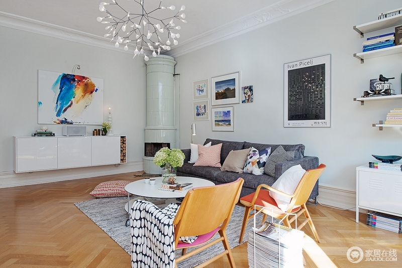 宽阔明亮的客厅,色彩斑斓的颜色