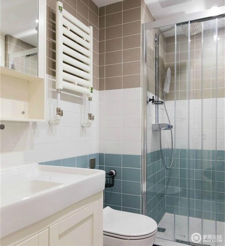卫生间里墙面上的咖色、白色和蓝色的砖墙拼接出丰富的层次,干湿区域通过玻璃隔断分离,透明的玻璃并不影响空间的通透性,所以相对狭小的卫浴空间并不显局促。