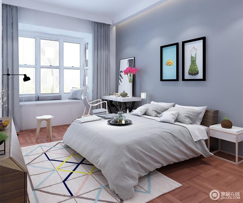 卧室大面积的使用低调内敛的灰色,点缀的挂画、几何缤纷地毯,则是简约的空间并不简单;靠窗床头布置了梳妆台,斜立的镜面折射着飘窗透入的光线,空间温和中带着明快。