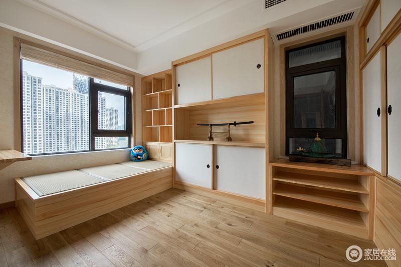 书房还是主要以收纳为主,同时也要保证空间的舒适多功能性。榻榻米、展示柜、收纳柜的设计,还原了日式的经典与温馨。