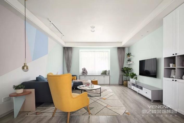 本案是为追求前卫时尚的业主设计的样板空间。基于設計师慎密的思考巧妙的布局增强了空间感,家居配饰的衬托让空间有了丰富的色泽而不致堕入空洞感。在视觉上采用白色珠光白漆饰面是充满无限想象的色彩,所营造的空间伸展感超越了它本身的局限。而局部镜面的运用让空间层次丰富,也营造了整体空间的视觉感受。本案是设计师对于细腻生活的无限遐想