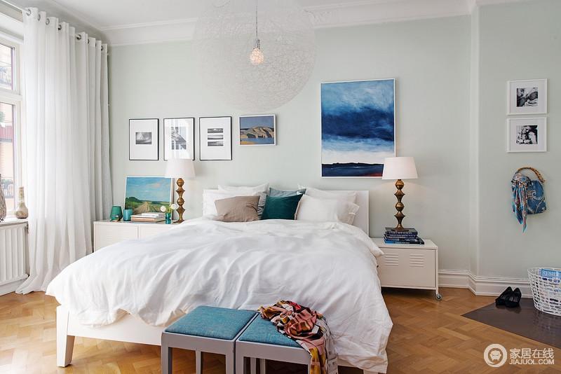 主卧和整屋相同,选用的白色和多样色的点缀