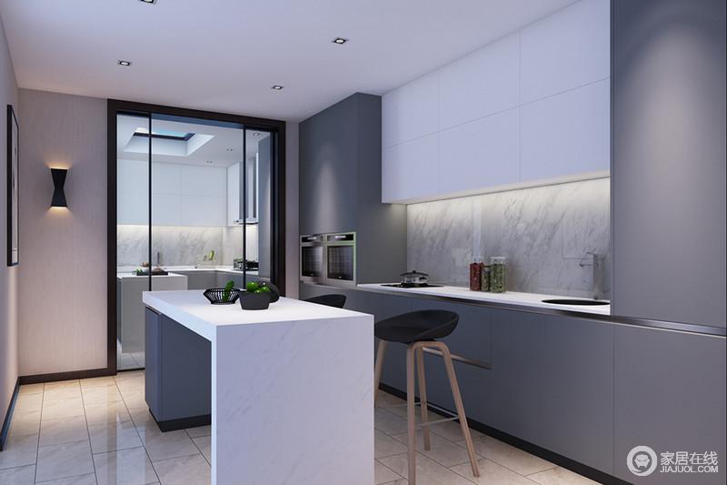 厨房以整洁的线条来设计实用性至上的空间,从灰色橱柜到白色岛台的简洁设计,便可感受到设计师对空间的拿捏,也正是精细的设计才更富简约、品质的格调,让人在此享受生活。