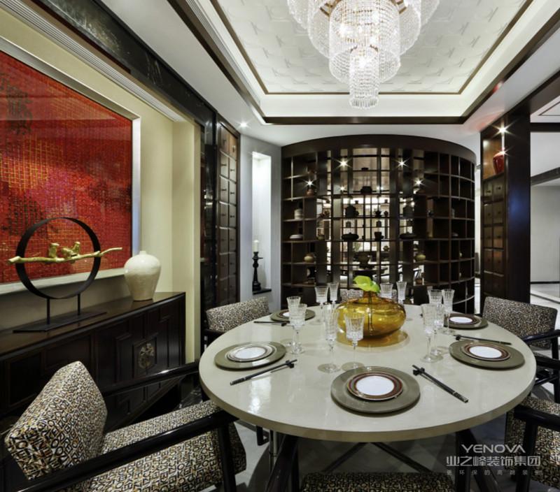 客厅的主要颜色为冷色调,吊塔的选材以及地板的选色相辅相成