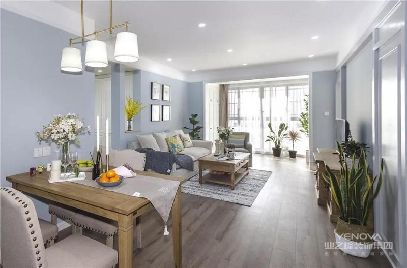 今天分享的是一套建筑面积117平的现代美式三居室案例,这套房子不同于传统的美式风,设计师以淡蓝色作为主色调,搭配现代美式风的家具,营造出一个清新与稳重合一的居住空间,让人感觉简洁而又大方。