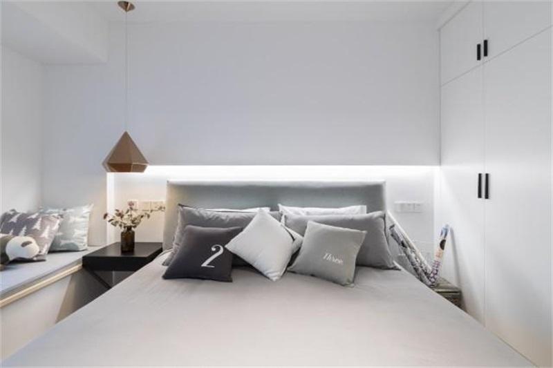 主卧是休息区,装饰都以极简为主,同样没有主灯的累赘,嵌入式的衣柜一点也不占用空间。