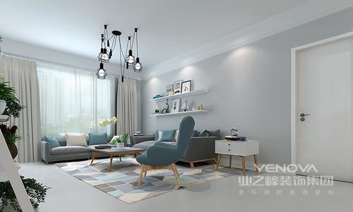 灰蓝色调和谐搭配,让北欧风变得温暖而独特。墙面与沙发色彩递进、点缀的靠包与沙发椅呼应、材质拙朴温和的木质、设计现代的黑色吊灯,构筑出美好静雅的客厅。