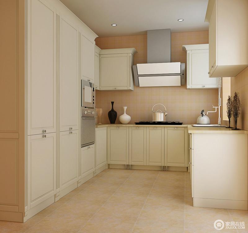 厨房结构规整,设计师以米橙色的砖石装饰墙面,与美式橱柜搭配出些许田园轻快;设计师以功能为向导,美式造型的橱柜简约中多了现代感,但是足以让你感受到美式生活的质感。