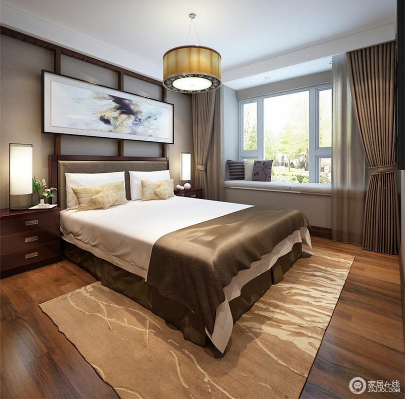 卧室通过咖色与木色营造,充满了朴质的温暖;开阔的飘窗以盎然的室外景致为背景,使空间带了些许闲适的恬淡;床头框架上装饰的画作与地毯上图案,让相对规整的空间多了随性恣意。