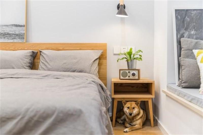 次卧以原木北欧风格为主,原木的床和床头柜,都带给人一种自然清新的感觉。