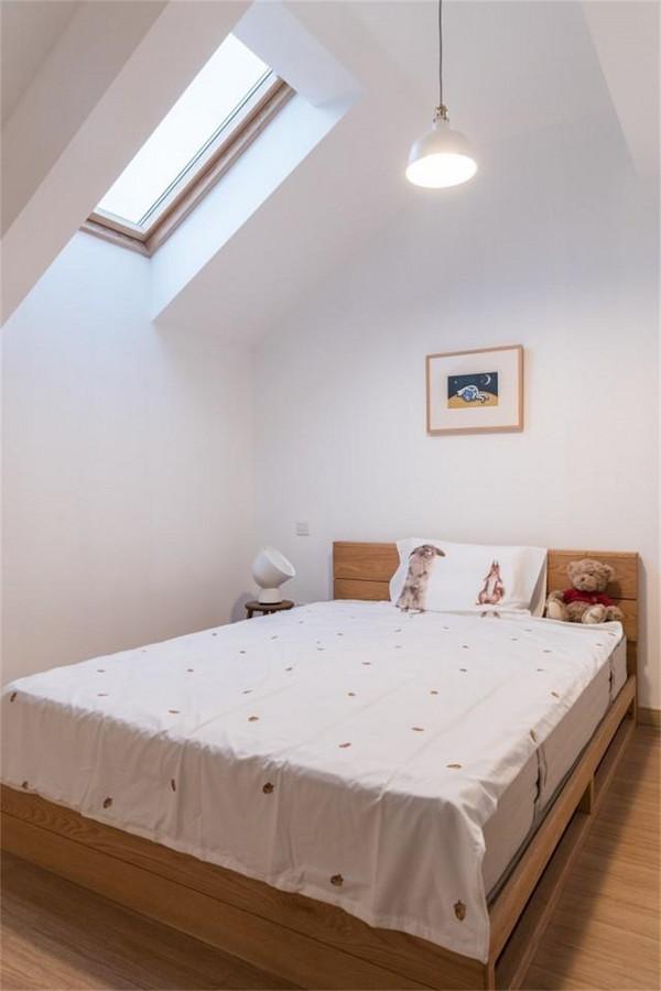 阁楼有个小窗户满足了日常采光,阁楼本身就是比较狭窄的空间,在配色上自然以明亮的白色为主。