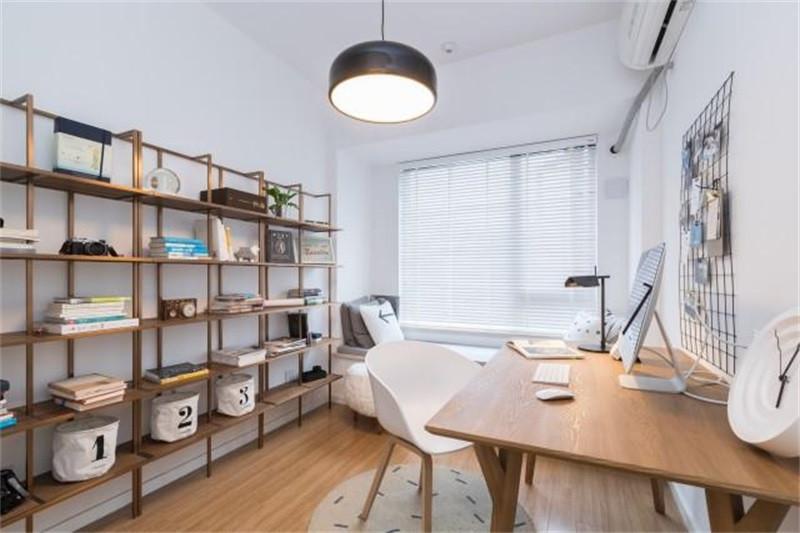 开放式的书架,提供了强大的收纳空间,墙面上的铁艺框可以当做照片墙来使用,实用性杠杠的!