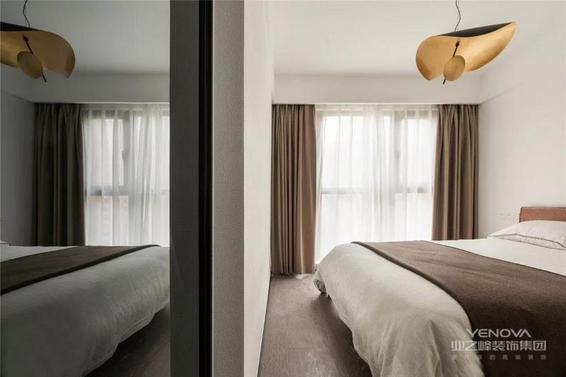 本案屋主想要一个随性自主的生活空间,色彩上选择理性的黑白两色,为了协调清冷感,设计师在软装配饰里加入了少许的金色及蓝色,柔化空间的同时也让现代空间具有了时尚感。