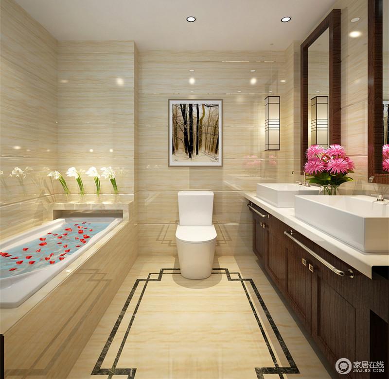 浅米黄色的大理石材上,纹理鲜明宛如水波涌动,顶上射灯的光影加上复古壁灯的营造,空间显得通透明朗;浴缸一侧与盥洗台上点缀的花束娇艳锦簇,为空间带来一丝清新氧气。