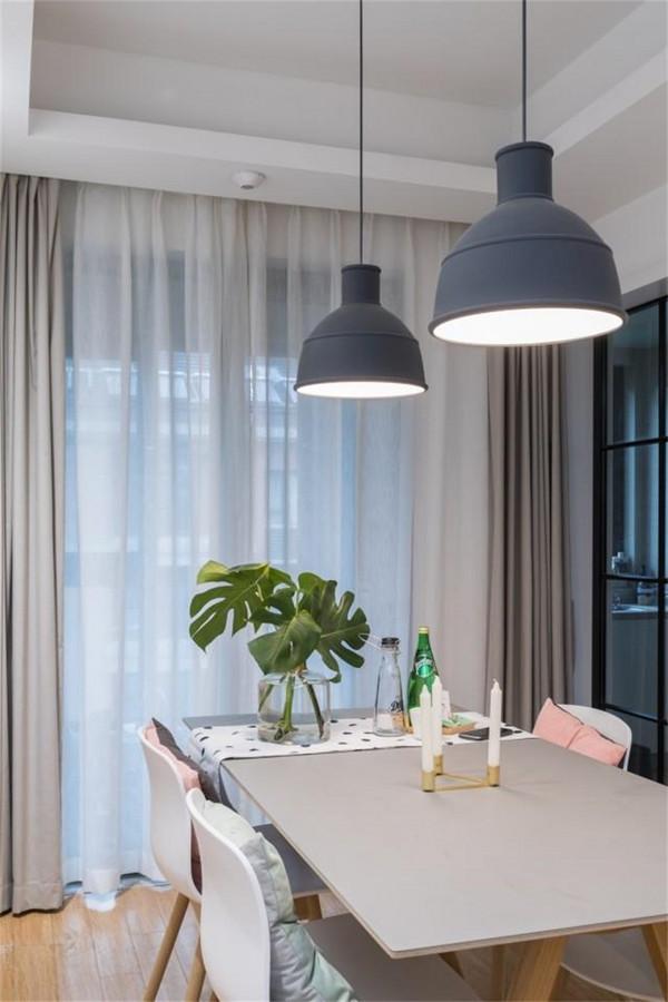 原木方桌搭配灰色餐厅灯简直是绝配,绿植给这个空间增添了不少活力。白色的窗帘让餐厅显得干净明亮。墙上的铁艺框架用于放置杂志书籍,满足屋主用餐的时候也可以阅读。