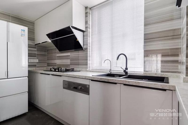 这是一套现代工业风格的装修案例,原户型方正保守,新的方案缩小了中厨,扩大了就餐范围。合理的空间改造,增添了更多的储物空间。希望这套装修案例能给准备装修的大家带来一些灵感。