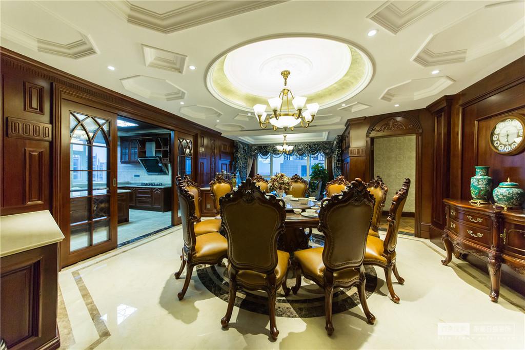 线条简单流畅、自然大方,搭配雕饰 精美的美式古典家具,更显奢华与 大气