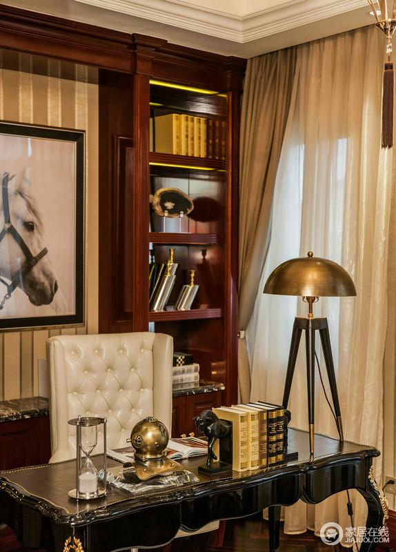 原木质书架泛着红木的光泽,马头摄影作用与圆形金属质感立式台灯、黑色新古典书桌构成一种奢华,让空间中的文艺与华丽并举,陈列艺术与生活的惬意成就空间美学。