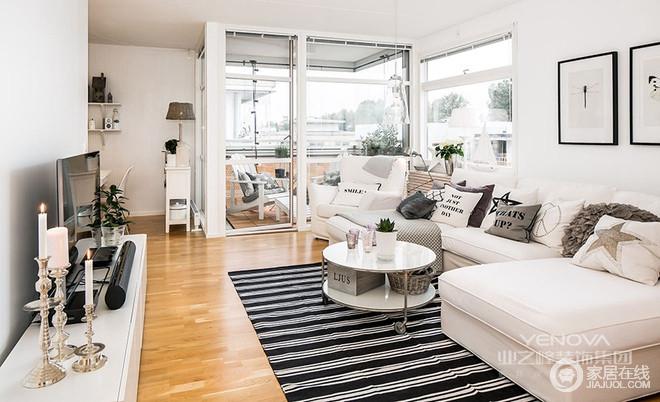 客厅是家里最大的地方 ,家具都靠墙摆设,留出最大的活动空间,小房子也能好好招待朋友。最吸引眼球的还是全透明的阳台,大大的落地窗是每个女孩子的梦想,黑白双色搭配更显艺术。