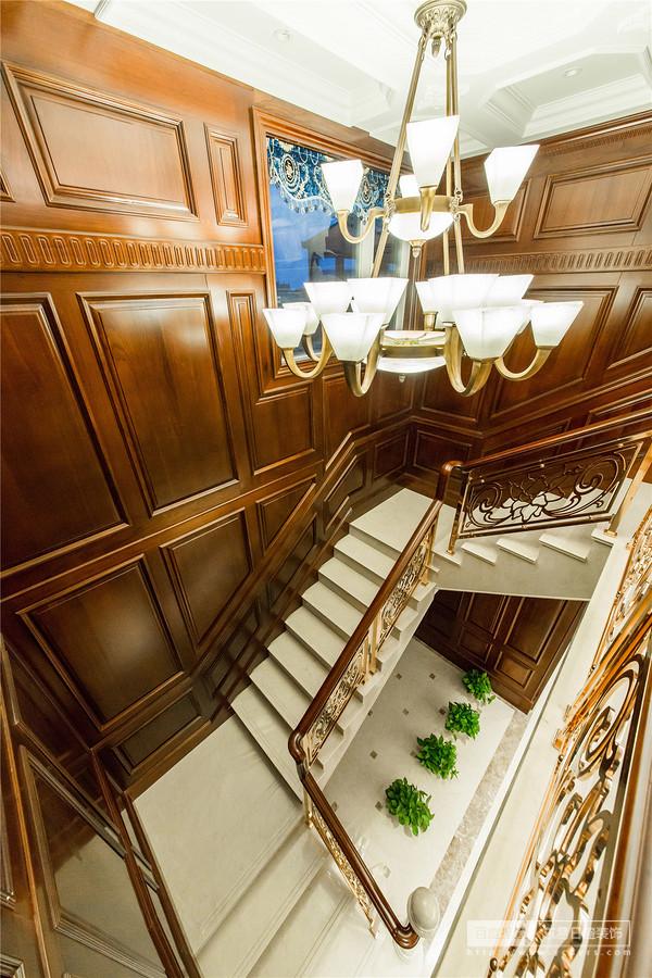 精美的雕花栏杆,华美的灯饰,融为一体的整体空间,体现了业主对品质的追求
