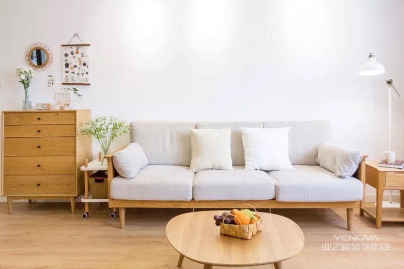 这是一套日式+北欧风格的装修案例,整体在原木与白的基调之上,搭配温馨舒适的细节软装与绿植,营造出一种贴近自然的惬意感。希望这套装修案例能给准备装修的大家带来一些灵感。
