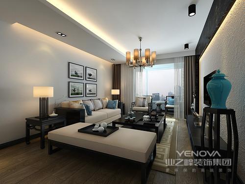 客厅以少即是多为特点,为空间留白设计,简洁的线条营造出温馨舒适感。乳白色布艺家具配以褐色新中式木家具,呈现出中式之韵。四副舞蹈画作、筒形吊灯时尚与蓝色古瓷瓶道出现代之风。