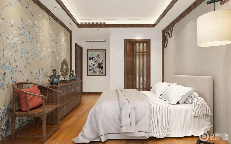 卧室以褐木条装裱吊顶和墙面,而灰色板材与中式木雕框打造得背景墙犹显清雅,与驼色兰花俊鸟图呈中式端秀;浅灰色和白色床品格外舒适,而中式实木边柜和太师椅因为古董器物的点缀让空间显出浓重的文艺气息,裹挟着中国画和格栅门无不在含蓄中表达中式格调。