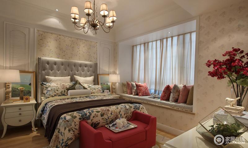 布艺、小碎花是田园风格的典型代表,布艺的窗帘,桌布、墙纸以及室内家具设备的罩布都可以采用小碎花,增强乡村田园的浪漫感。
