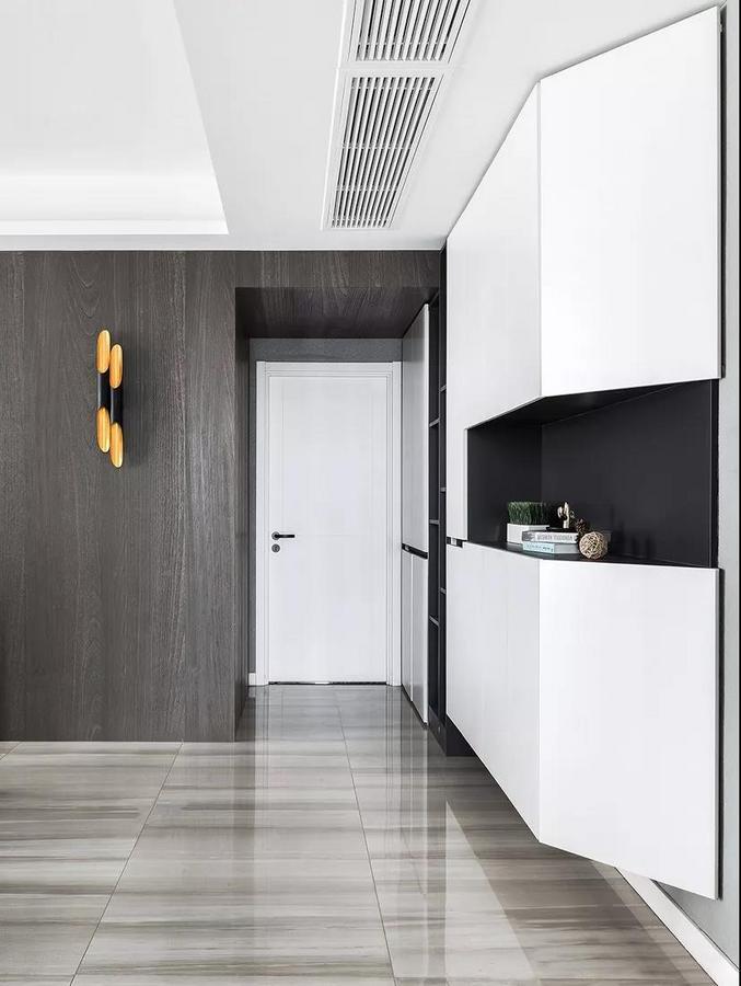 玄关整体考虑以实用为主,富有设计感的定制墙柜没有完全落地,给空间一定的留白,看上去更加轻盈不拥挤。