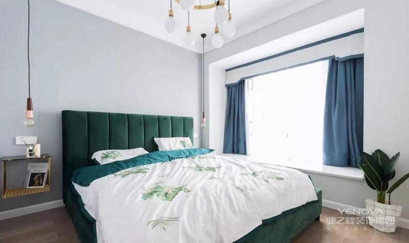 墨绿色大床搭配金色悬空床头柜,清新自然中又带来生活质感。蓝色窗帘的点缀,在睡眠环境中增加优雅和舒适