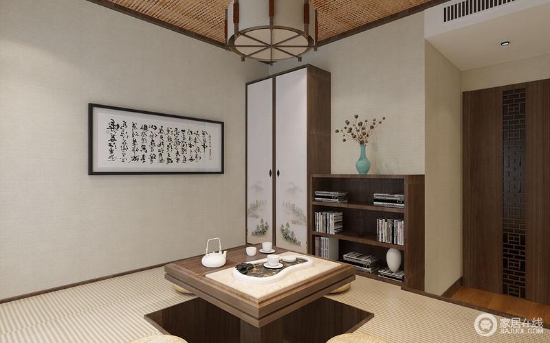 休闲室设计为榻榻米,极大地体现了空间的功能性,升降桌可随需要自动调节;清韵画意的衣柜和实木书桌简单而实用,与新中式木纹合成一股清风中意;浅灰色壁纸和榻榻米的清素色调柔和而舒适,一副画和一壶茶便足够惬意。
