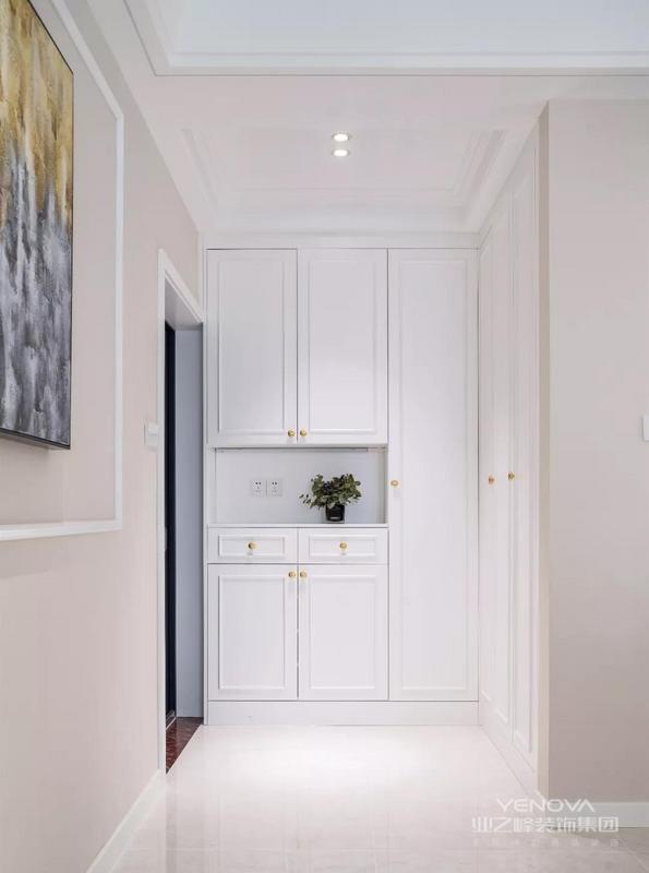 这套120平米的房子,整体户型并不规则,但是以巧妙的格局利用,整体定位轻美式的空间,在华丽端庄的基础,加入现代舒适的气质,带来的是浪漫缤纷的空间,令人惬意温情而优雅自然。