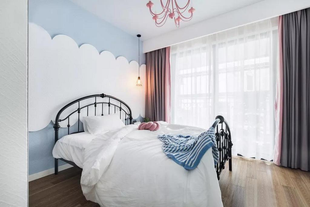 儿童房,用蓝白色勾勒云朵的背景墙,用粉色的创意灯作为主灯,既好看又实用,少女心十足。