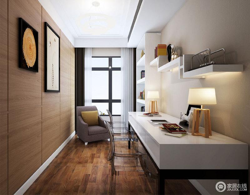 设计师将原本的阳台区改为书房,木纹墙面不仅与地板相和,而且兼具收纳功能,画作点缀更显自然和煦;白色书柜、悬挂架和书桌一气呵成,简约而实用,塑料椅的新潮、木灯俏皮,与沙发带来别趣。