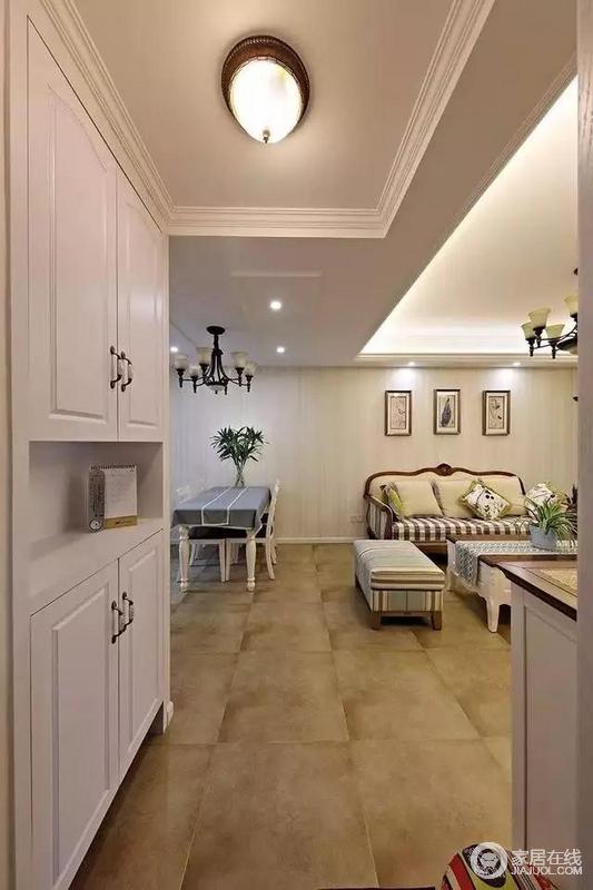 玄关,进门左侧安装了到顶的鞋柜,内部储物空间很强大。