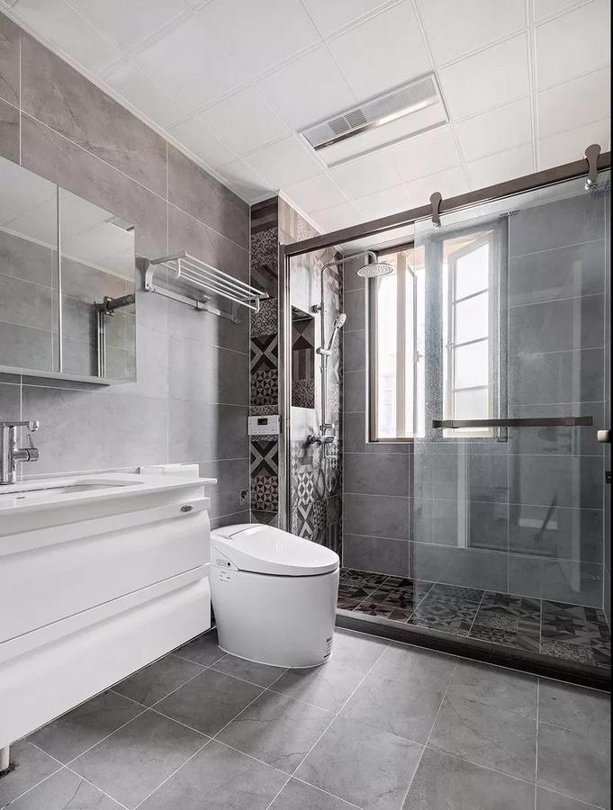 卫生间以灰白色为主调,淋浴区花砖上墙的同时,设计师还用壁龛勾勒出了置物空间。在满足设计感的同时,也考虑到了实用的需求。