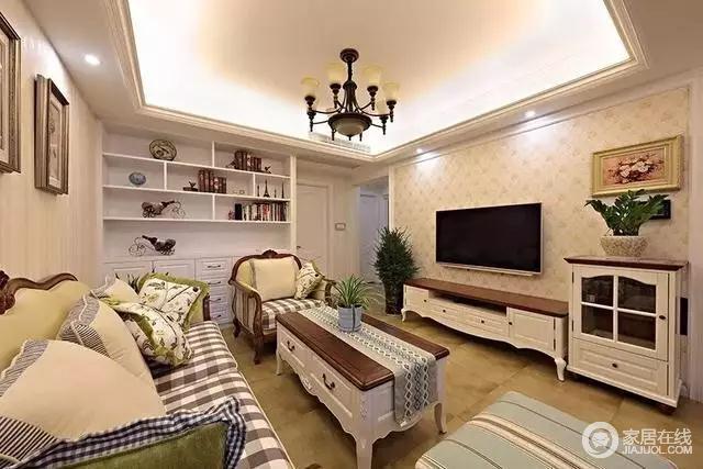 客厅布置得很温馨,电视墙贴了碎花壁纸,简单好看!