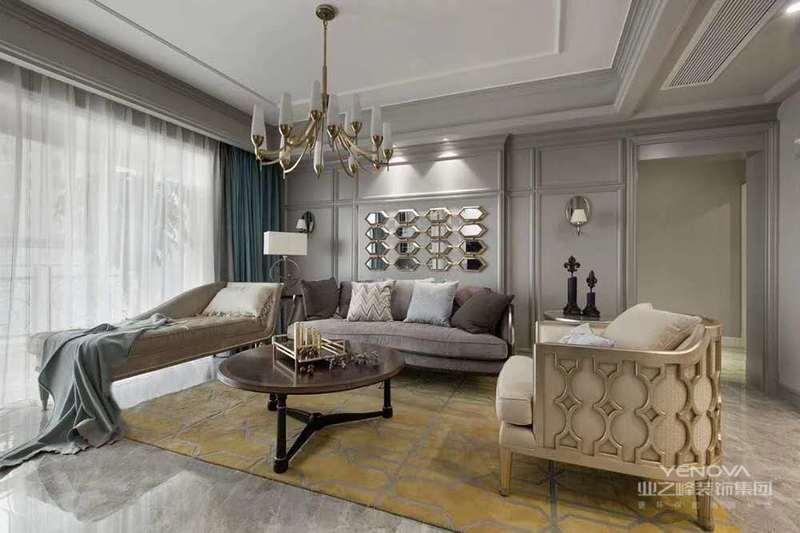 客厅运用暖色调的灯光,十分的温馨。整体空间也是非常具有古典风的特点。