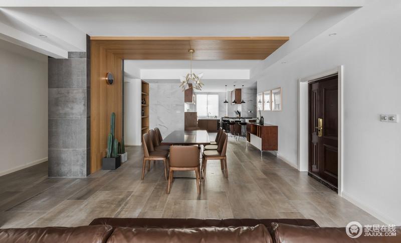 餐厅开放式的设计,自带一种自在和空阔感,丝毫不显拥挤;实木板材从墙面延续到吊顶,与白色吊顶强调一种结构变化,同时与木地板形成层次;不管是收纳柜、还是边柜都以功能为主,搭配简约流畅地褐黄色系实木家具,塑造了家的简约朴质,仙人掌的绿植和金属装置吊灯,凸显艺术成就生活的理念。